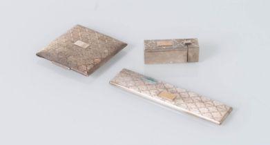 Italia - XX secolo, Set composto da porta-rossetto, pettine e porta-cipria in argento.