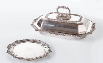 Produzione Inglese - XIX secolo, Lotto composto da legumiera con coperchio e piatto con monogramma