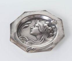 WMF - Germany, Inizio del XX secolo, Piatto decorativo a sezione ottagonale in peltro argentato.