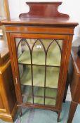 An Edwardian inlaid mahogany display cabinet with single door, 134cm high x 55cm wide x 37cm deep