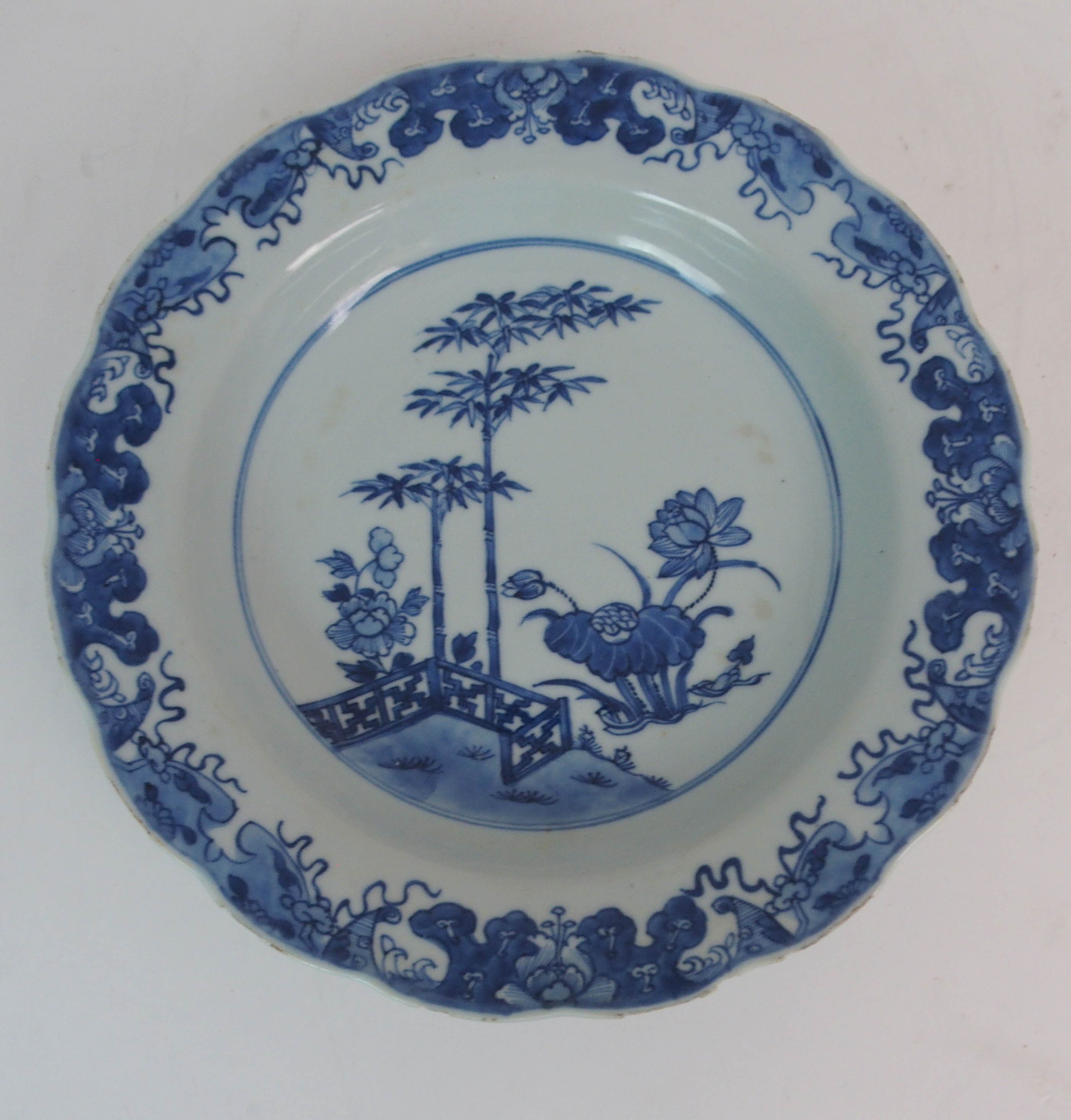 FIVE CHINESE EXPORT PLATES comprising; floral sprays, 22.5cm, Canton figures and precious objects, - Image 5 of 11