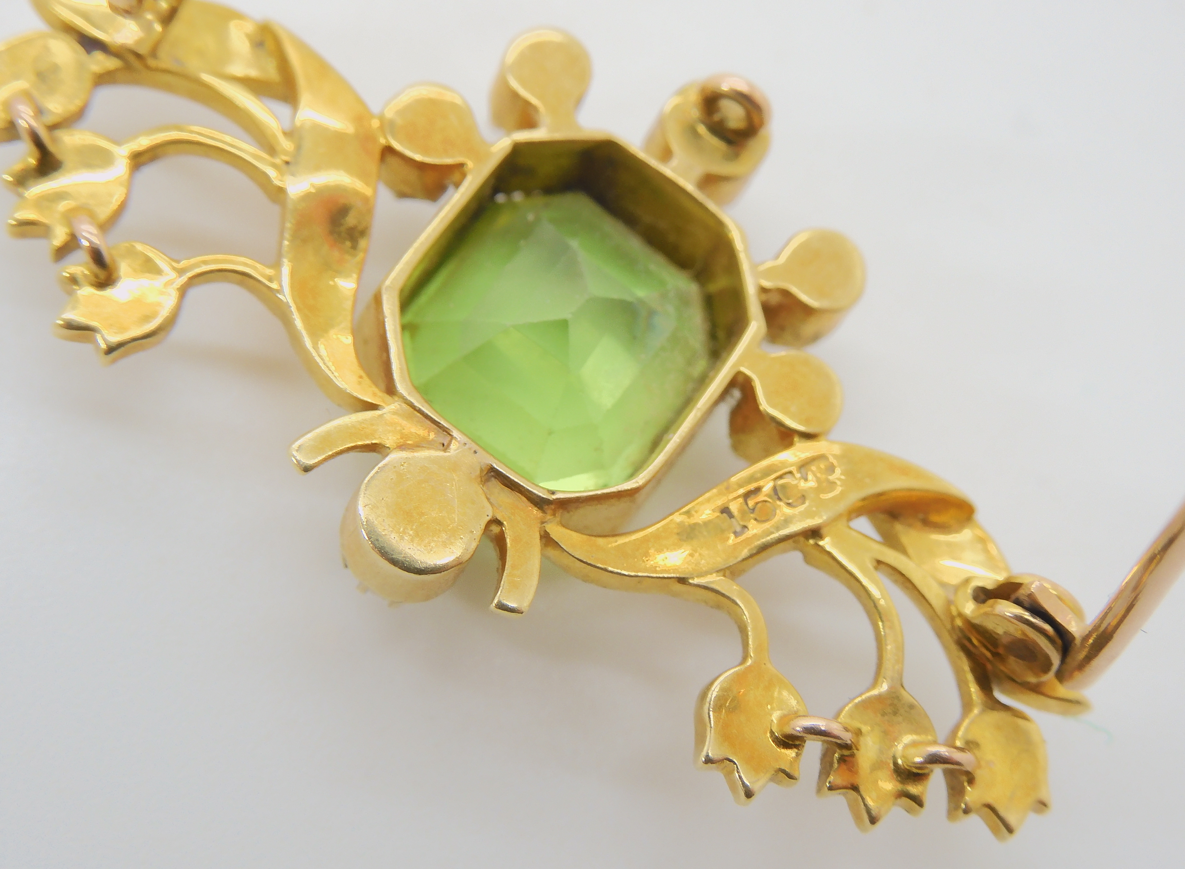 A 15CT GOLD PERIDOT AND PEARL EDWARDIAN BROOCH depicting lily of the valley, the peridot is - Image 3 of 3