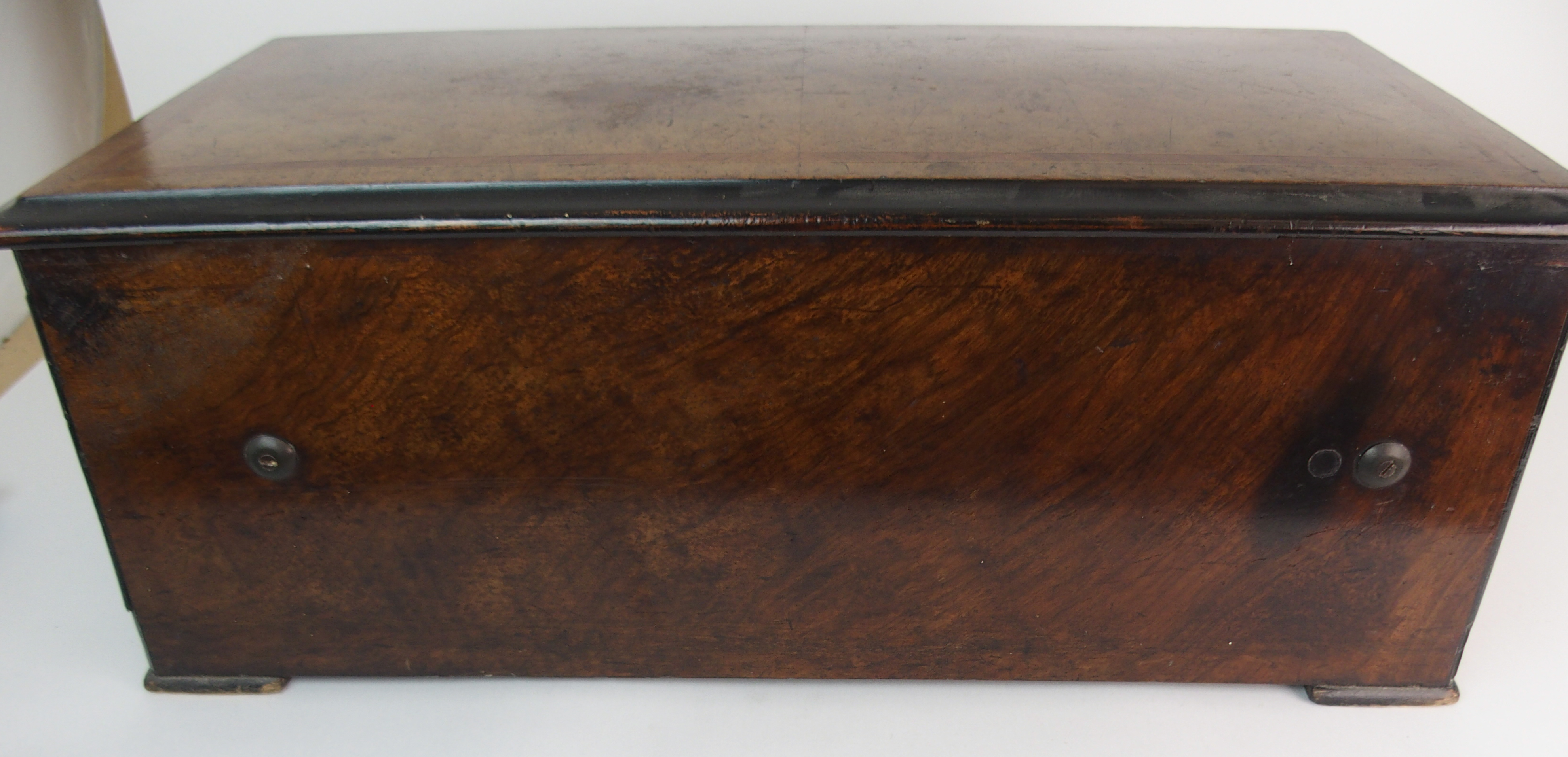 A CONTINENTAL ROSEWOOD AND INLAID MUSIC BOX with hinged lid, enclosing an interior fitted with a - Image 12 of 12