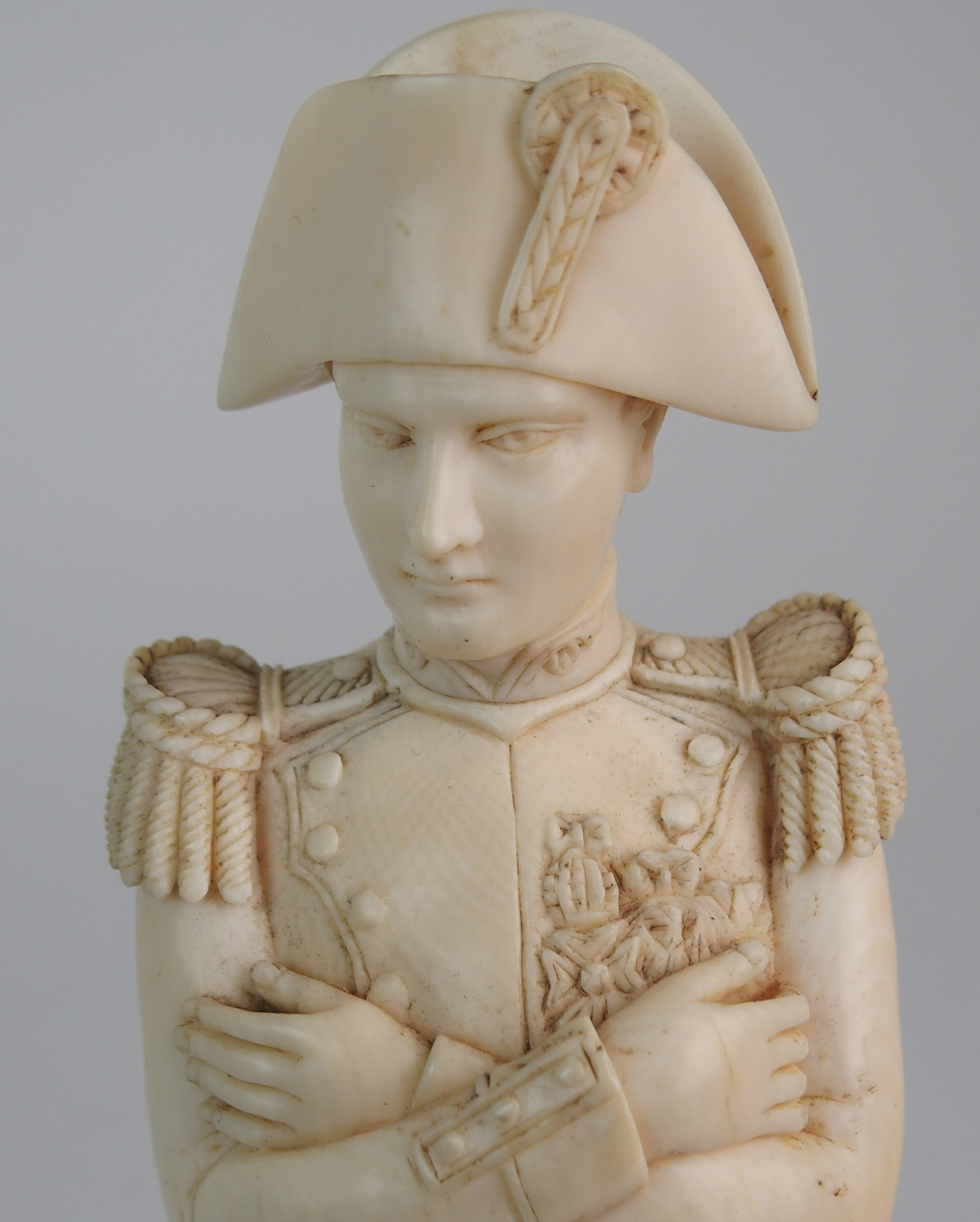 A LATE 19TH/EARLY 20TH CENTURY CARVED IVORY MODEL OF NAPOLEON in uniform with crossed arms, on - Image 3 of 9