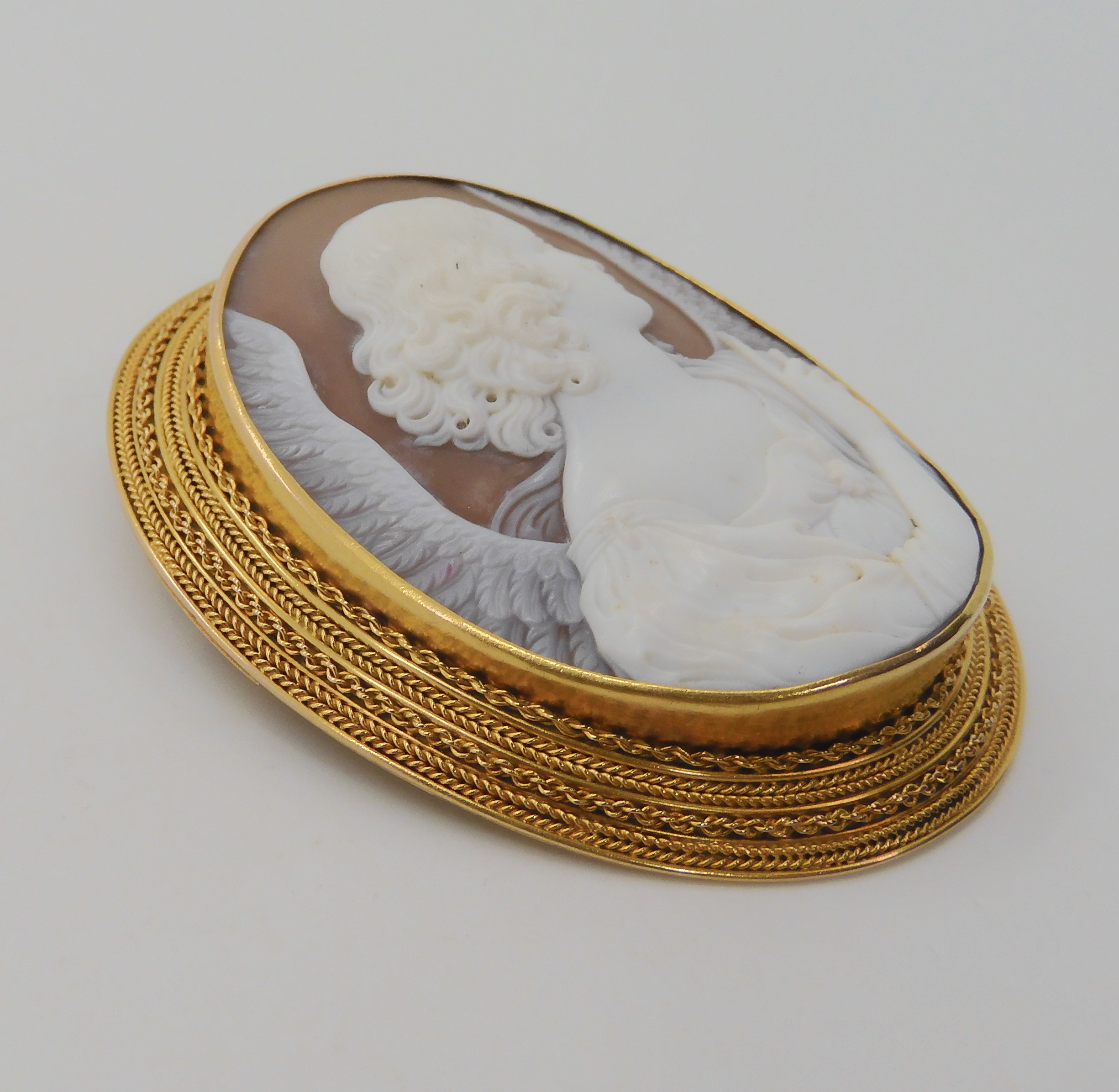 A LARGE FINE SHELL CAMEO OF AN ANGEL in a bright yellow metal rope wirework mount. Dimensions 6. - Image 3 of 6