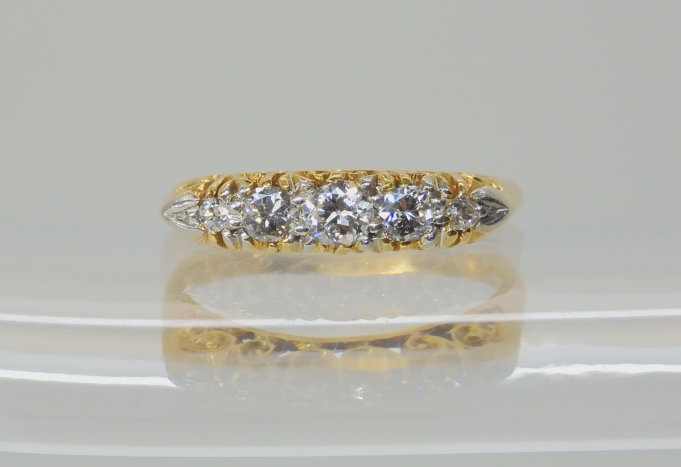 AN 18CT FIVE STONE DIAMOND RING set with estimated approx 0.28cts of brilliant cut diamonds, in a