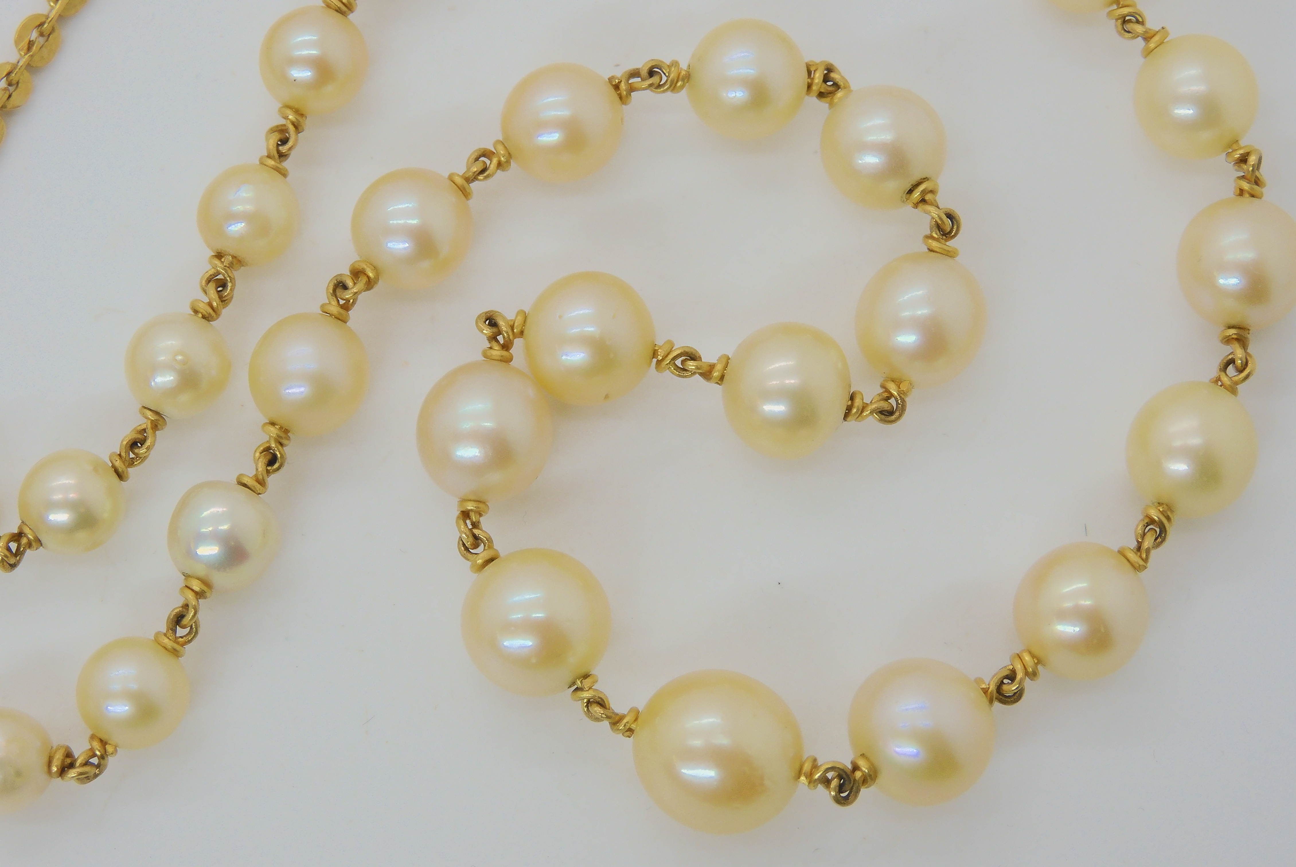 A YELLOW METAL LINKED PEARL NECKLACE largest pearl 9mm, smallest 5.6mm, length of necklace 49cm, - Image 3 of 3