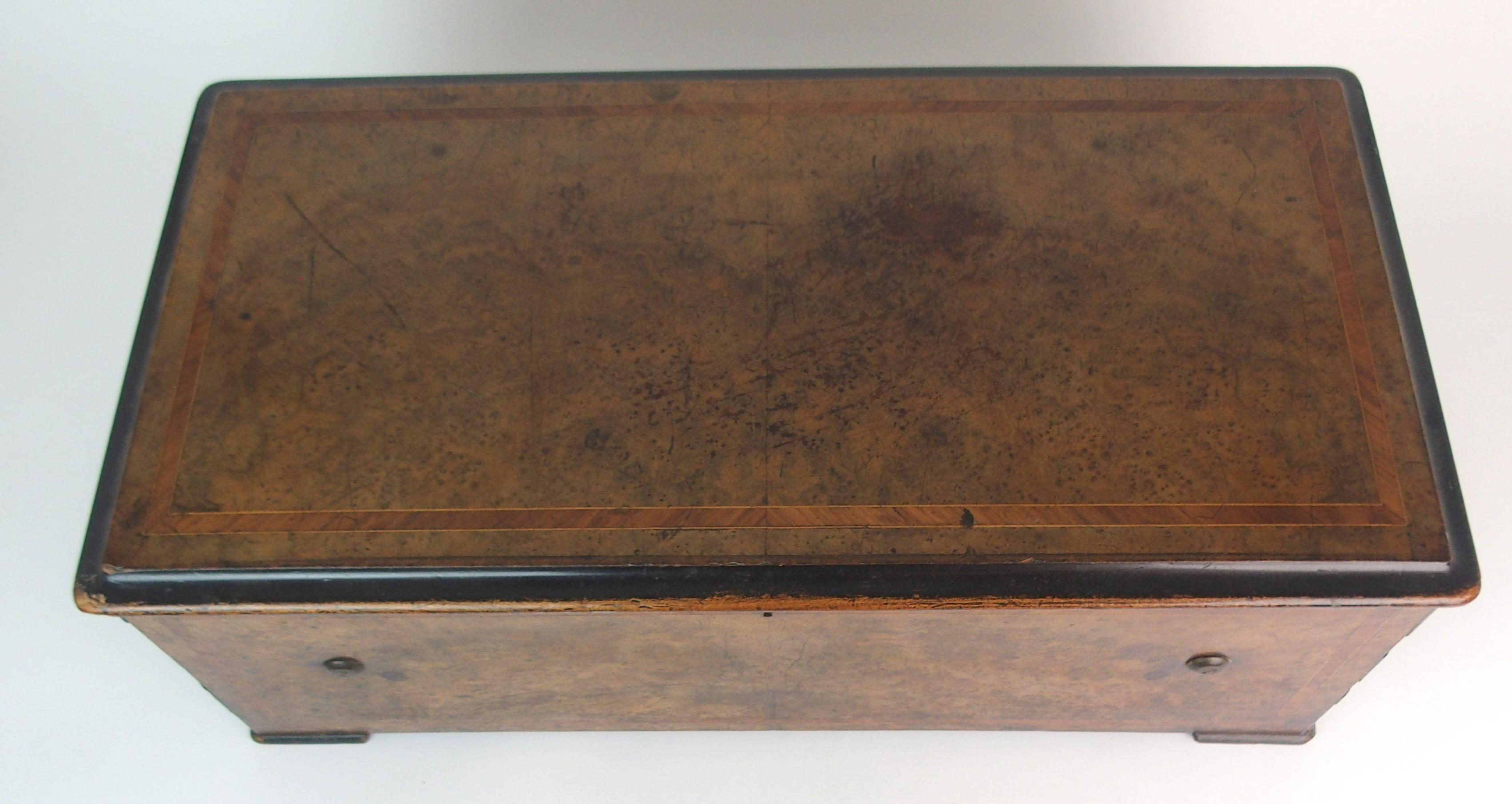 A CONTINENTAL ROSEWOOD AND INLAID MUSIC BOX with hinged lid, enclosing an interior fitted with a - Image 2 of 12