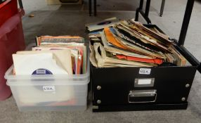A box of vinyl 45 rpm single records with The Who, Mud, The Beatles etc Condition Report: