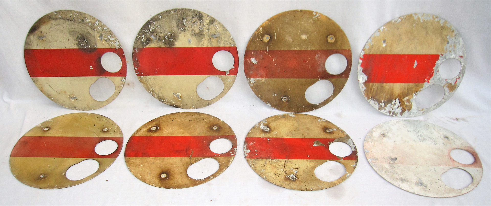 A lot containing 8 x WR aluminium screen printed shunting discs. Original used condition.