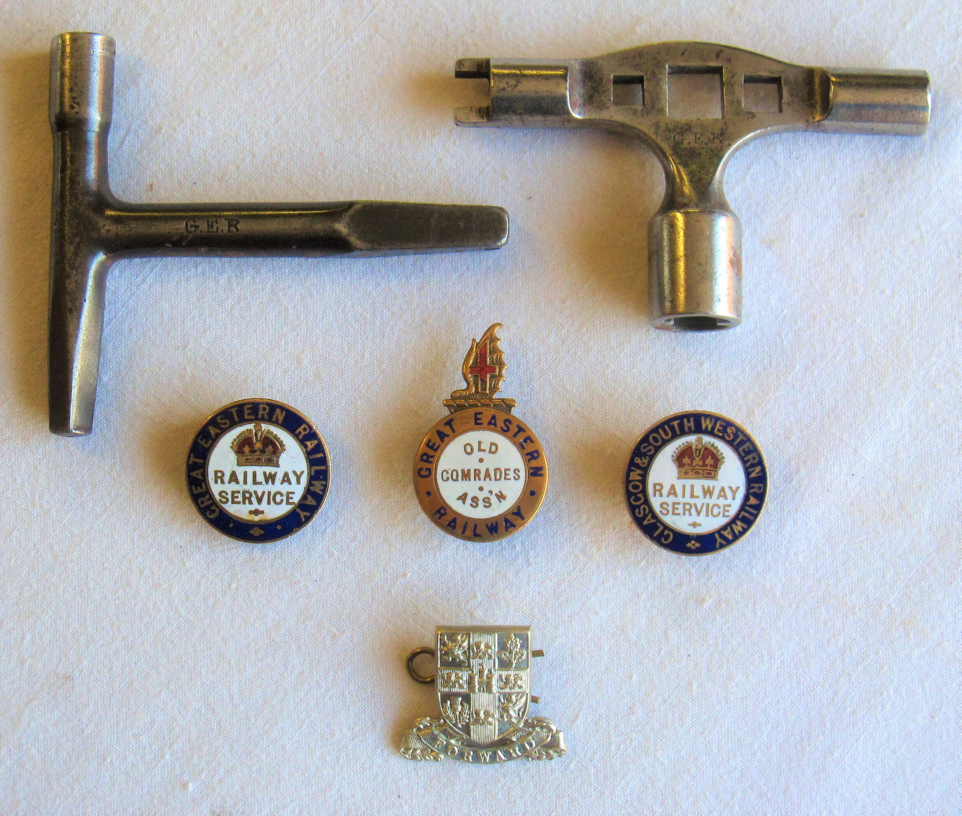 A Lot containing railway badges and carriage keys. 2 x WW1 Lapel Service Badges GREAT EASTERN