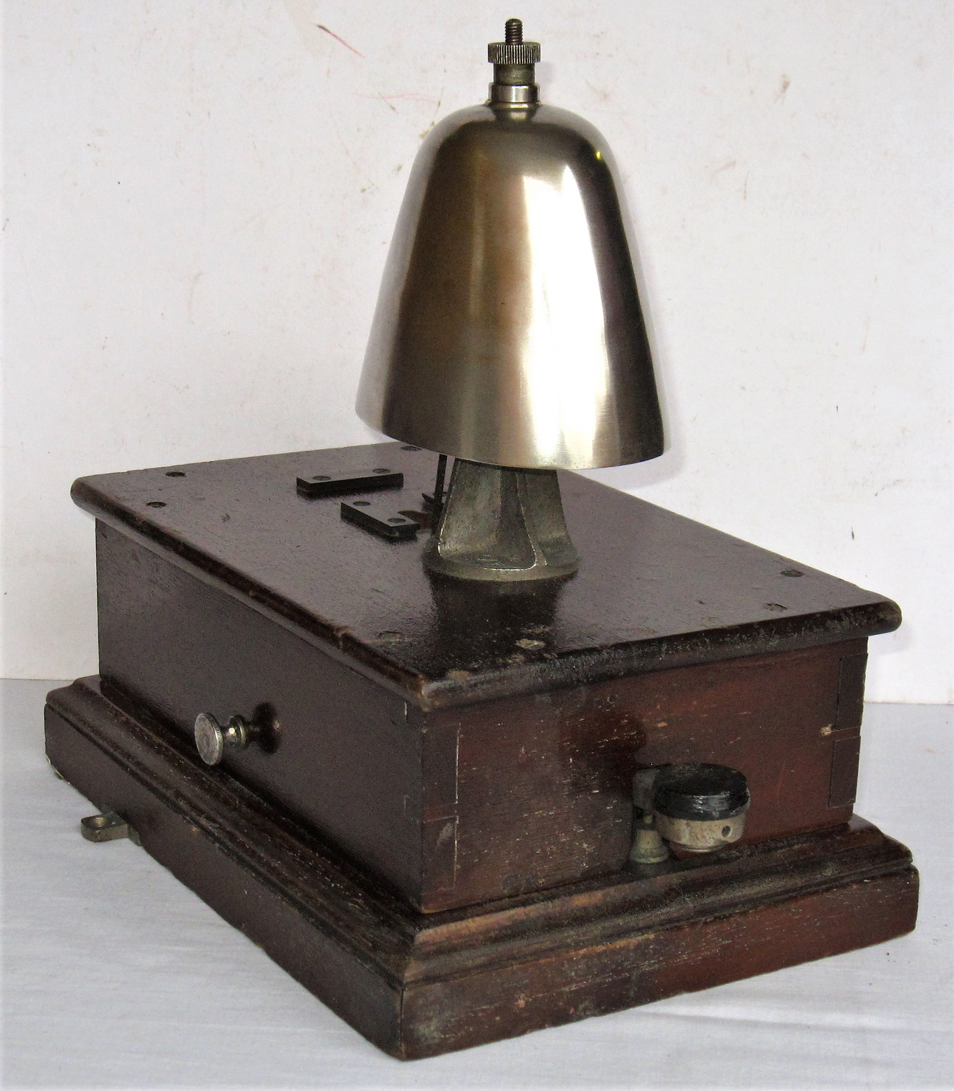 GWR Block Bell fitted with SHEEP DOME bell. Complete with both thumb screws in ex box condition.