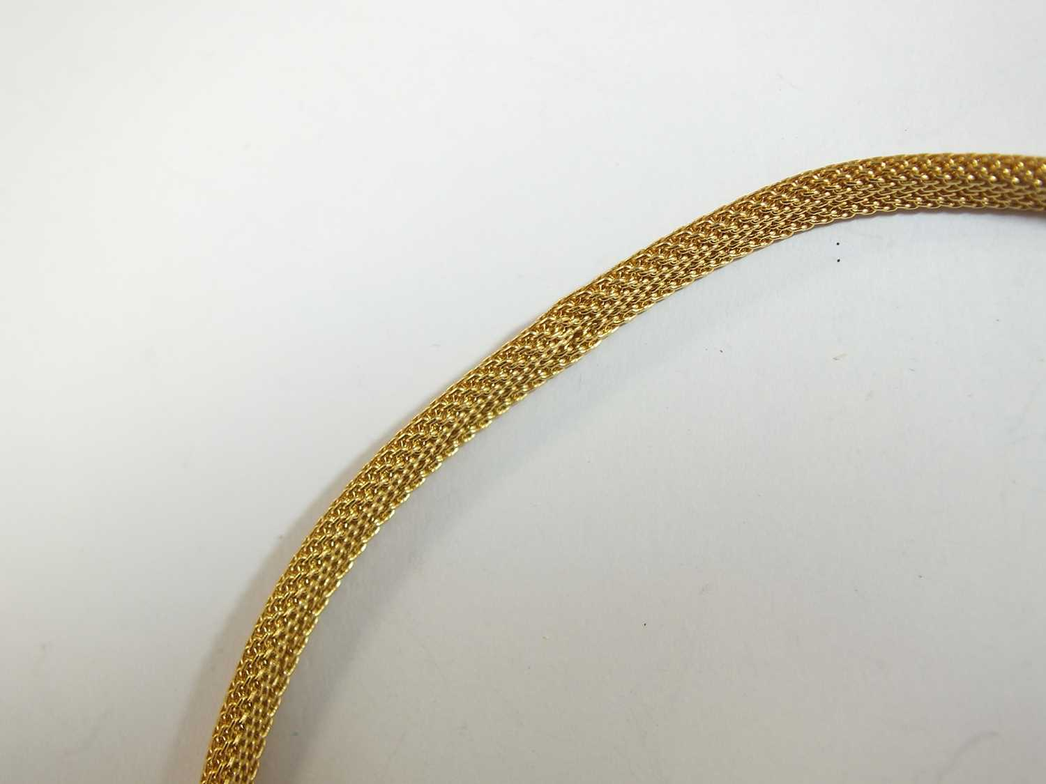 A yellow metal stylised cord mesh link necklace - Image 4 of 7