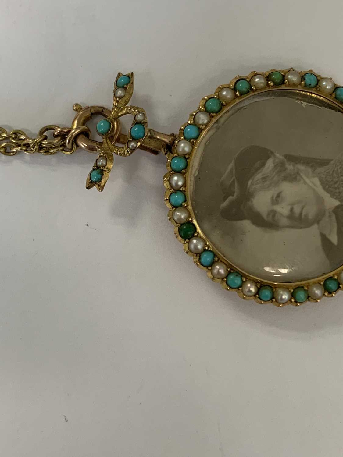 A turquoise and split pearl circular locket pendant - Image 7 of 9