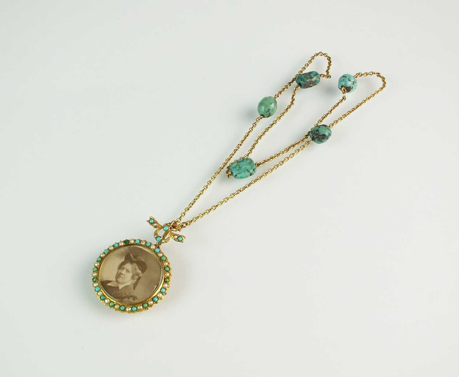 A turquoise and split pearl circular locket pendant - Image 2 of 9