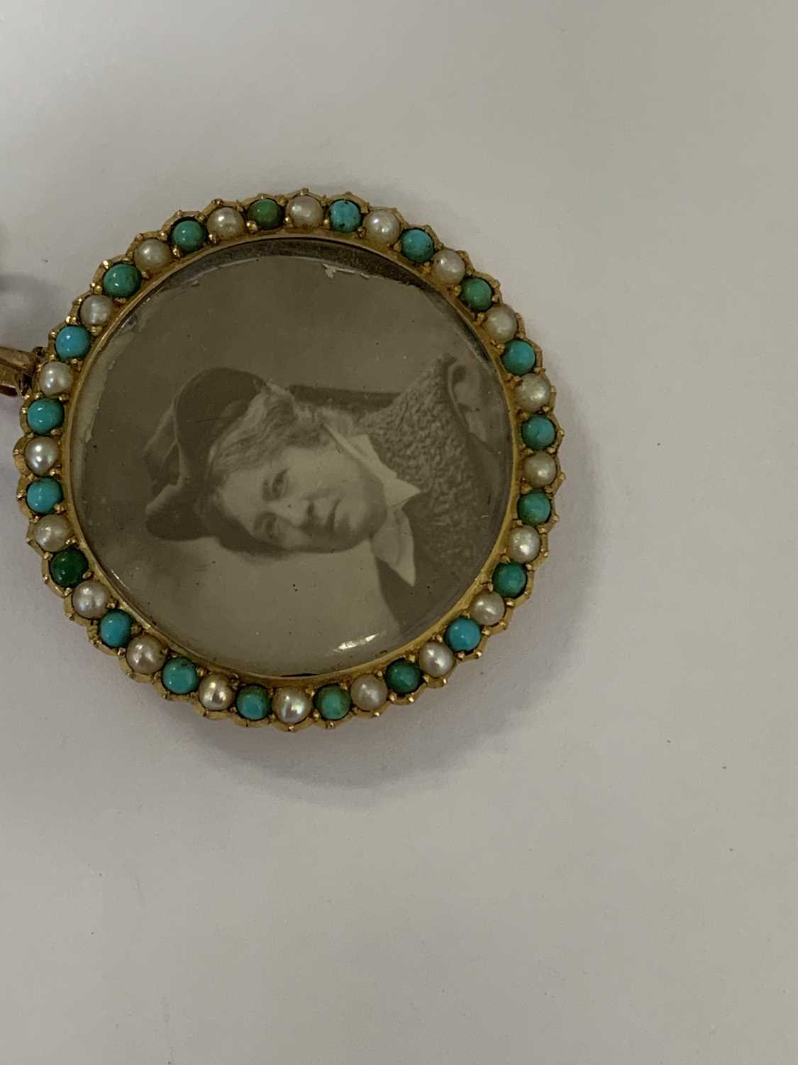 A turquoise and split pearl circular locket pendant - Image 9 of 9