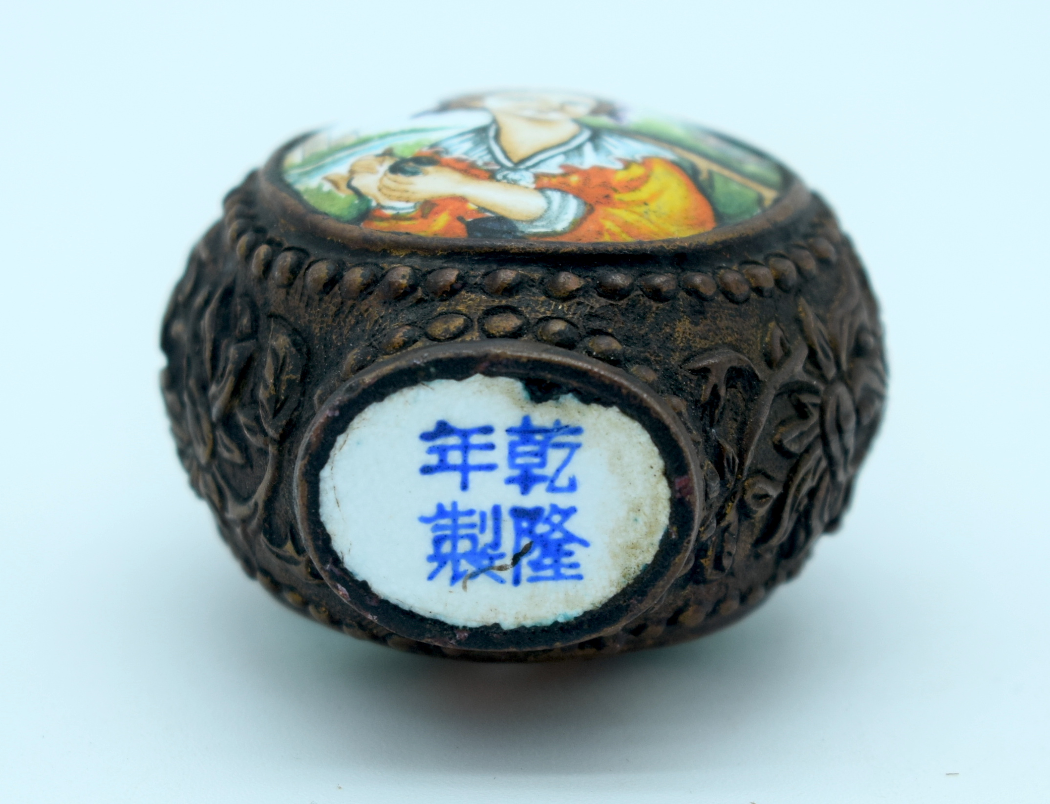 A metal snuff bottle with an enamelled painted picture of a woman 8 x 5cm. - Image 3 of 3