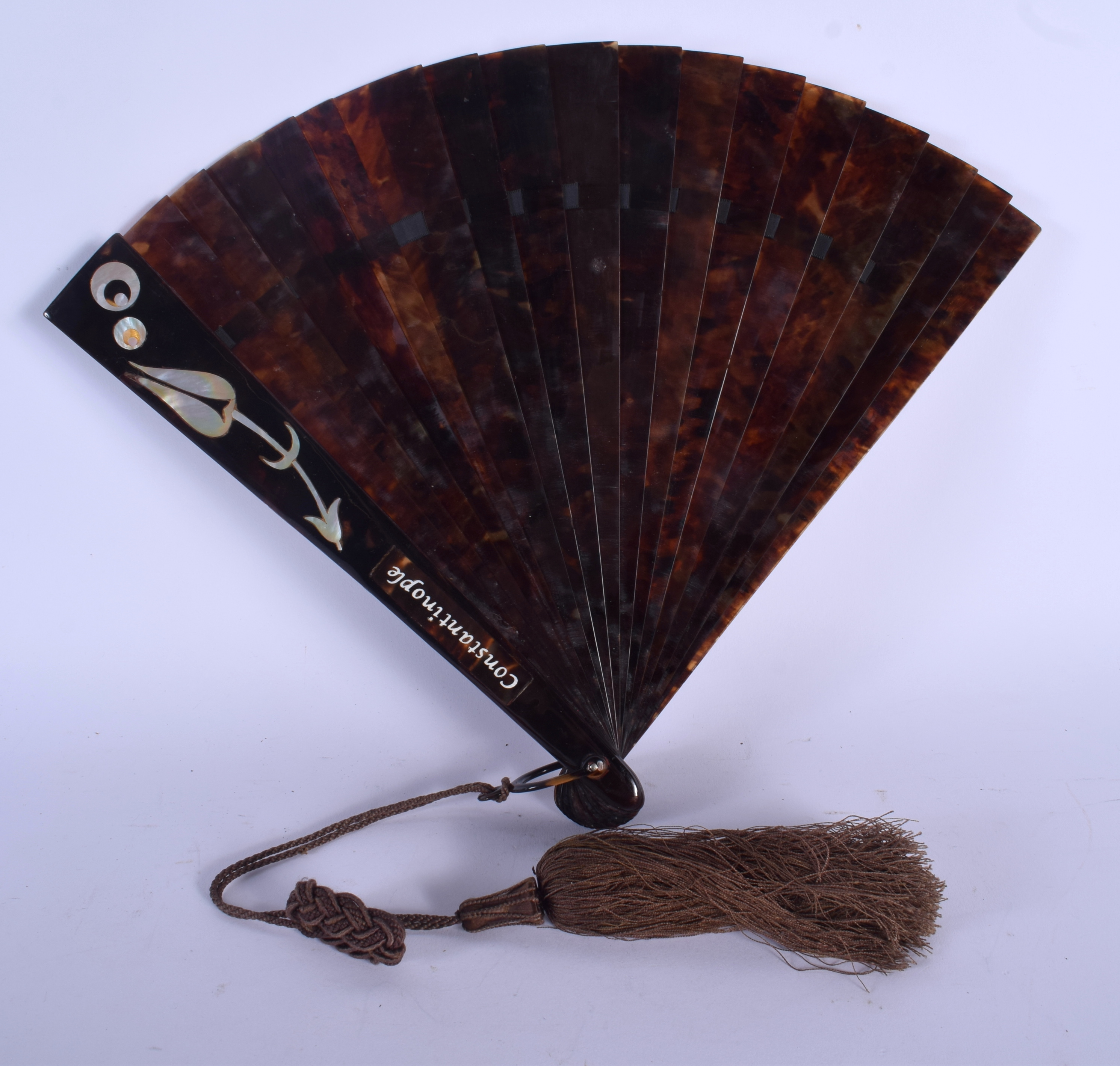 A RARE EARLY 20TH CENTURY TURKISH OTTOMAN TYPE TORTOISESHELL FAN decorated with shell foliage. 25 cm