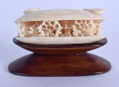 A 19TH CENTURY CHINESE CANTON IVORY CLAM SHELL Qing. 5.5 cm x 3 cm.