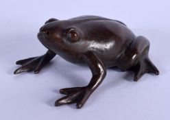 A JAPANESE BRONZE TOAD OKIMONO. 3.25 cm wide.