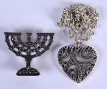 A SILVER NECKLACE with a silver brooch. (2)