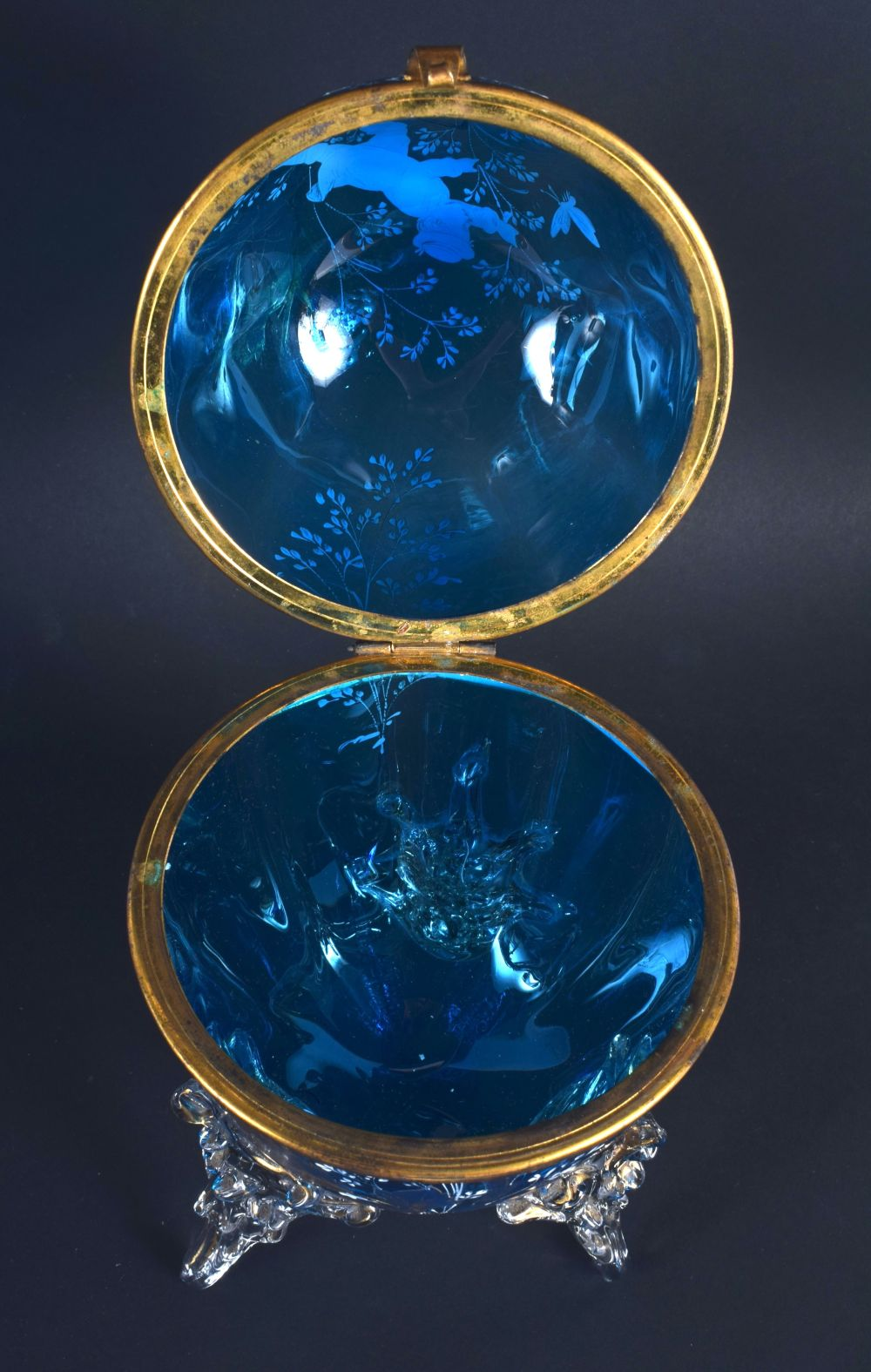 AN ANTIQUE MARY GREGORY STYLE ENAMELLED BLUE GLASS EGG SHAPED BOX painted with figures. 20 cm x 10 c - Image 4 of 4