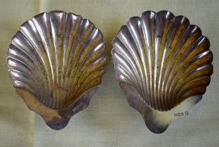 A PAIR OF SILVER SHELL FORM BUTTER DISHES of naturalistic inspiration. Sheffield 1929. 124 grams. 11
