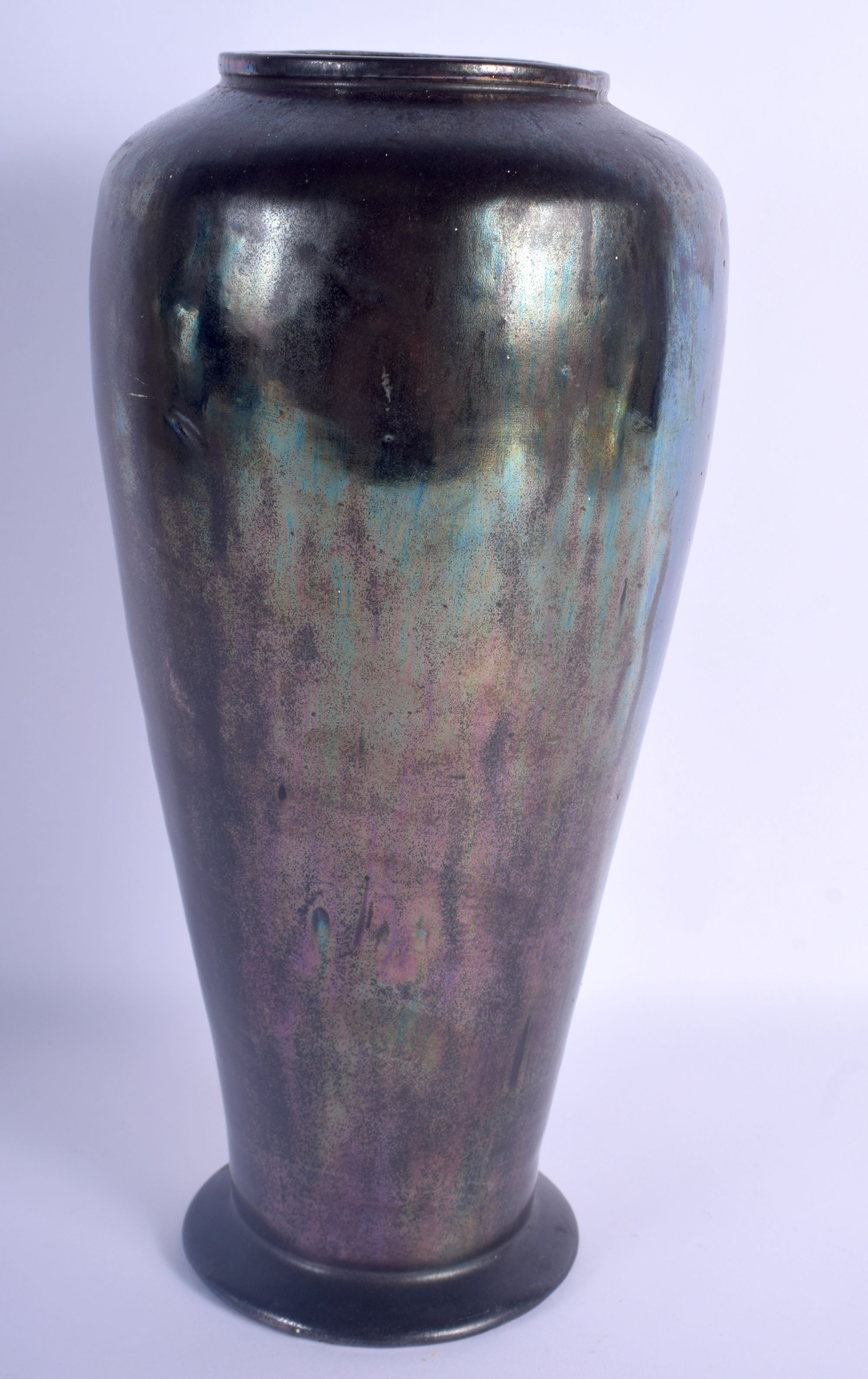 AN UNUSUAL EARLY 20TH CENTURY IRIDESCENT FAVRILLE TYPE POTTERY VASE in the manner of Tiffany & Co. 3 - Image 2 of 3