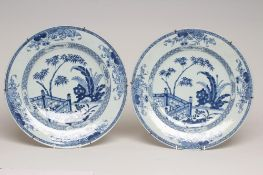 A PAIR OF CHINESE PORCELAIN CHARGERS of plain circular form, painted in underglaze blue with a