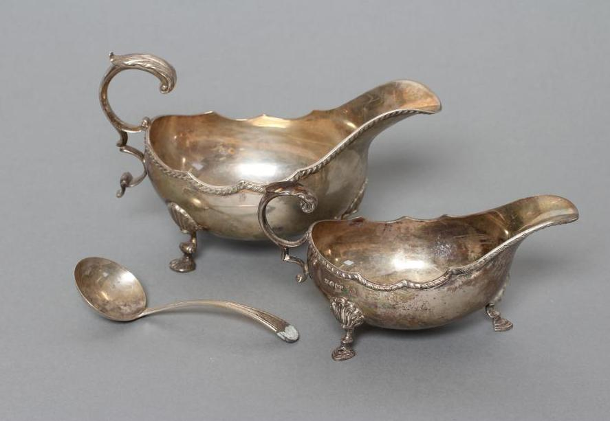 A GEORGIAN STYLE SILVER SAUCEBOAT, maker A Marston & Co., Birmingham 1978, the oval bowl with cast