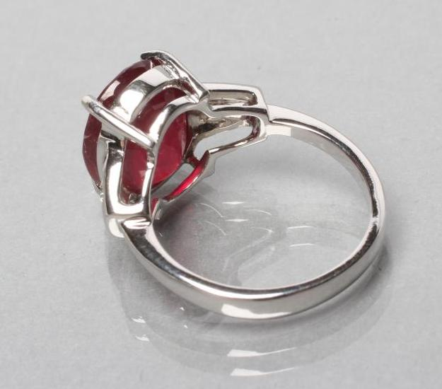 A RUBY RING, the oval facet cut stone of approximately 7.7cts, claw set to shaped shoulders each set - Image 3 of 3