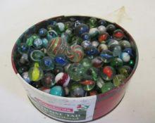 A large quantity of late issue glass marbles, F (Est. plus 21% premium inc. VAT)