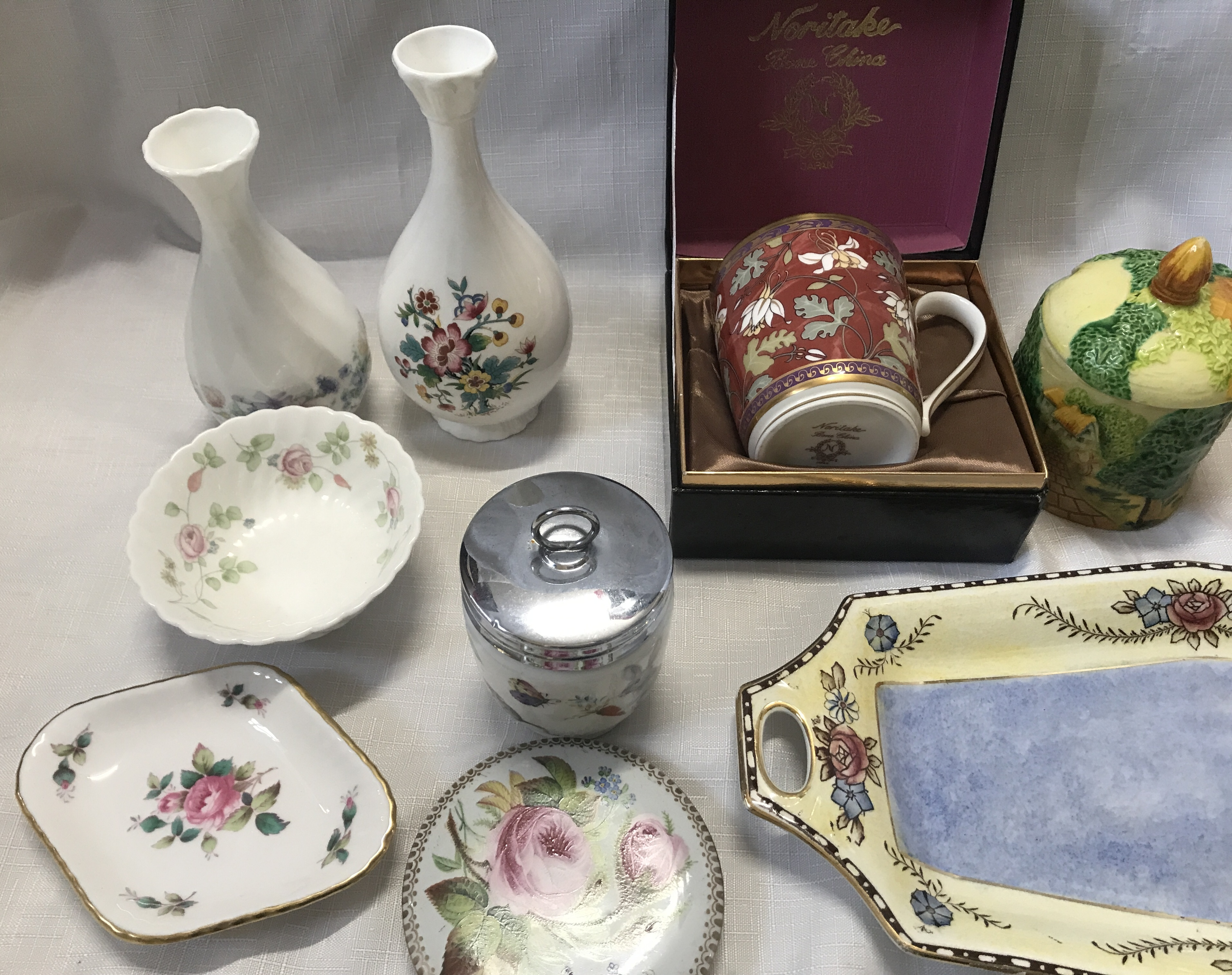 A pottery selection to include a boxed Noritake mug, a Coalport vase , a Wedgewood Angela vase 14cms - Image 3 of 5
