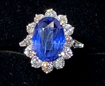 A STUNNING 18CT WHITE GOLD CEYLON SAPPHIRE & DIAMOND CLUSTER RING, with tapered baguette cut
