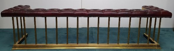 A VERY GOOD QUALITY COUNTRY HOUSE BRASS & LEATHER CLUB FENDER, wi