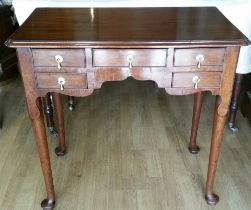 A VERY FINE GEORGE III MAHOGANY LOWBOY, with moulded top over a front shaped apron with five cock