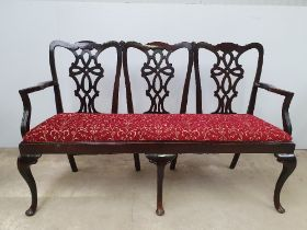 A VERY FINE 19TH CENTURY MAHOGANY HALL SETTEE, in the Georgian style, with pierced splat backs,