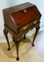 A VERY FINE NEATLY SIZED 18TH CENTURY AND LATER WALNUT BUREAU / LADIES WRITING DESK, on a stand,