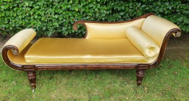 A VERY GOOD QUALITY EARLY 19TH CENTURY REGENCY STYLE SIMULATED ROSEWOOD CHAISE LONGUE, fully restore