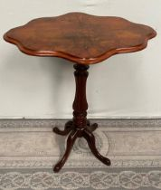 A GOOD QUALITY LATE 19TH CENTURY WALNUT OCCASSIONAL / SIDE / LAMP / WINE TABLE, with scallop shaped