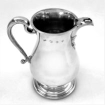 AN EARLY 20TH CENTURY GEORGIAIN STYLE WATER EWER / JUG, London, 1979, maker mark of Boodle and Dunth