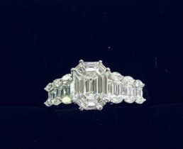 A STUNNING 18CT WHITE GOLD BAGUETTE DIAMOND RING, the baguettes are complimented by marquise diamond