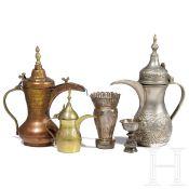 Drei arabische Kaffeekannen, ein feiner Silberaufsatz und ein tibetischer Silberbecher, 20. Jhdt.