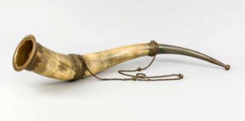 Großes Füllhorn (Rind), Ende 19. Jh., gewundenes Horn mit ornamentierten Messingmontierungen und