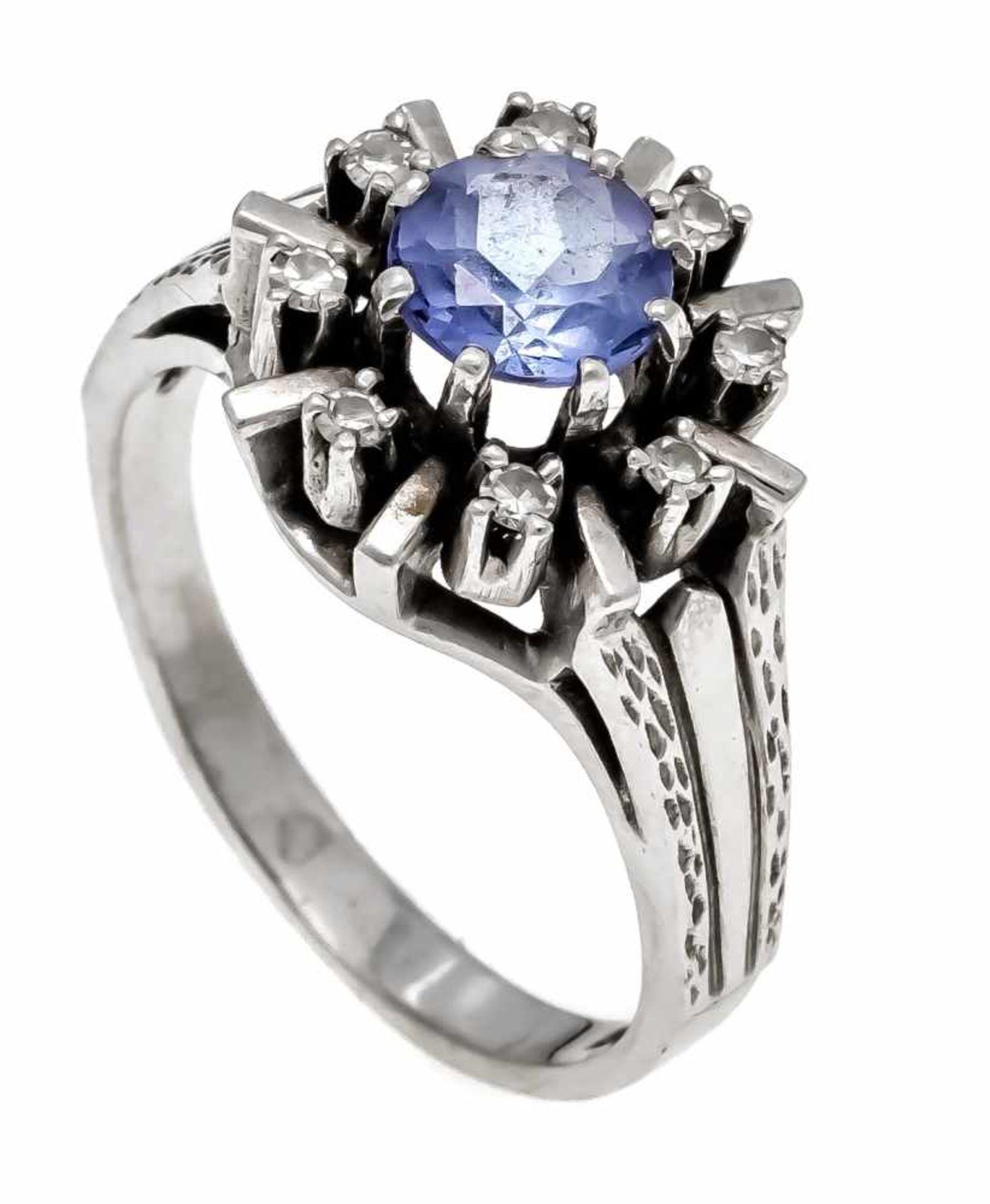 Saphir-Diamant-Ring WG 585/000 mit einem rund fac. Saphir 6,3 mm und 8 Diamanten, zus. 0,08 ct W/SI,