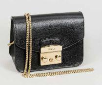 Kleine Abendtasche von Furla, schwarz mit goldfarbener Kette und Schließe. Minimale Lagerspuren, ca.