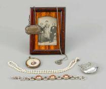 Konvolut von sieben Kleinteilen, 20. Jh. tlw. plated und andere Materialien, Klapper, Anhänger,