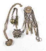 4 Anhänger-Amulette, China, 19./20. Jh., 1 x Schlosskette mit Schriftzeichen in Relief, 1 x passig