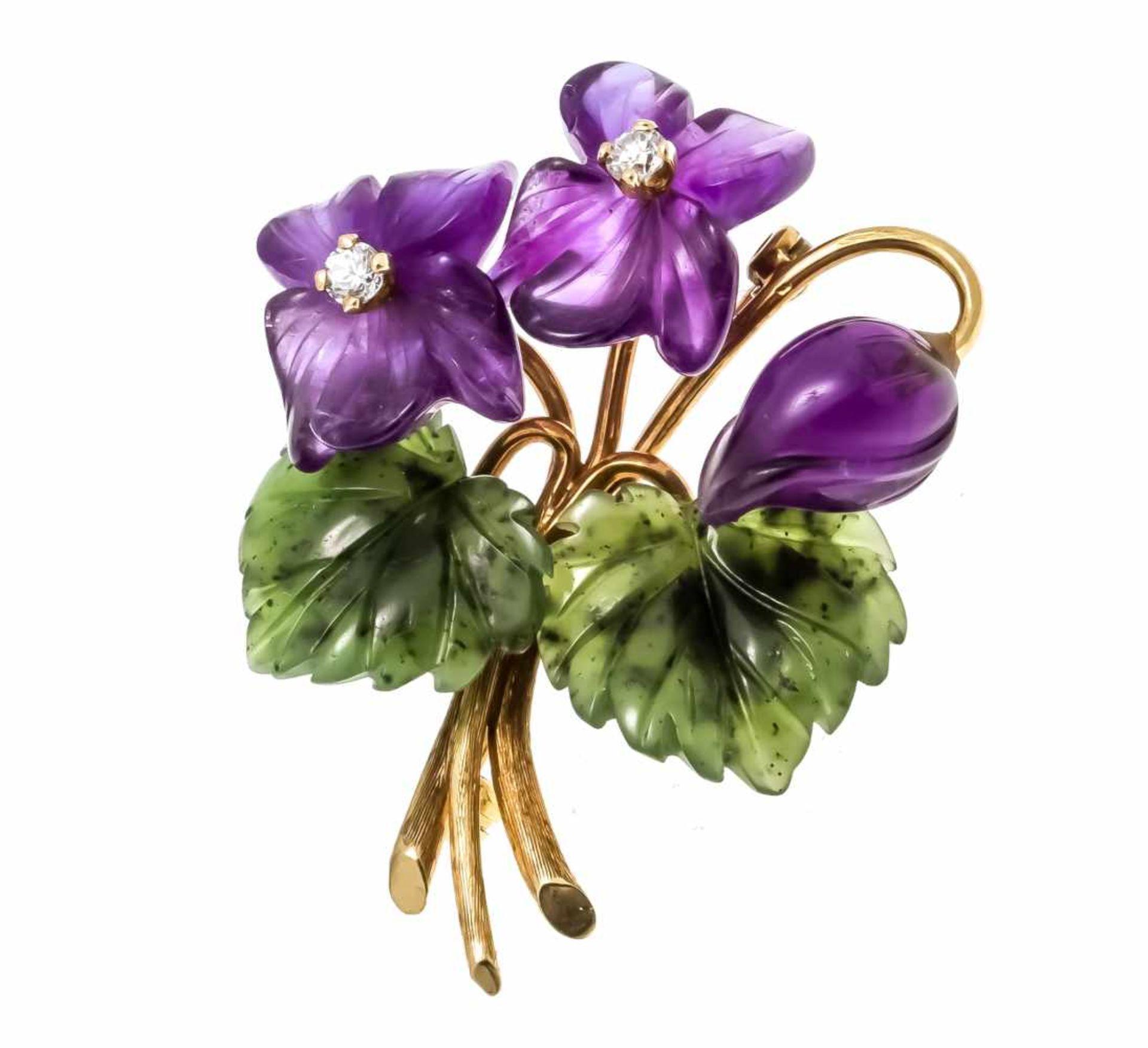 Blumenstrauß-Brosche GG 585/000 mit fein geschnitzten Nephrit-Blättern und Amethyst-Blüten, sowie
