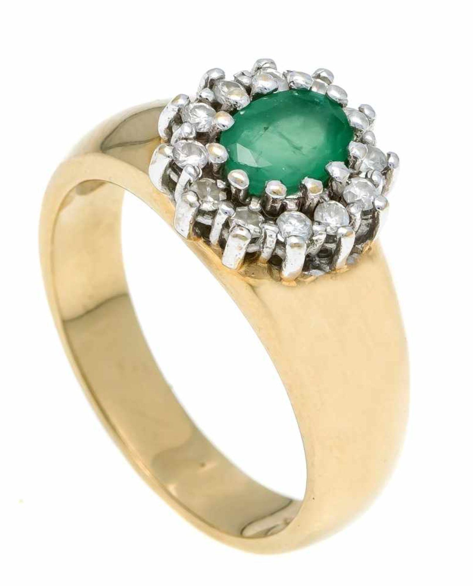Smaragd-Brillant-Ring GG/WG 585/000 mit einem oval fac. Smaragd 7 x 5 mm und 12 Brillanten, zus. 0,
